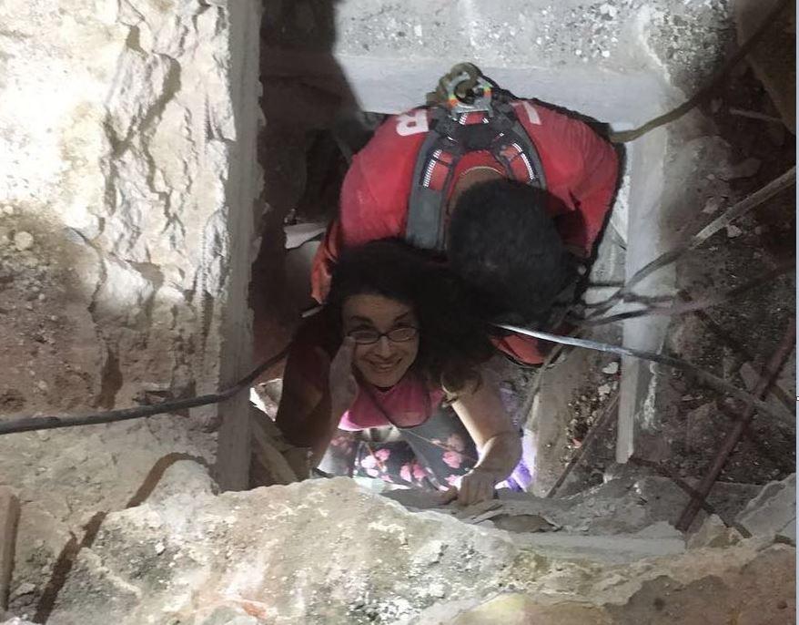 Lucía Zamora sonríe mientrs es rescatada entre escombros en Álvaro Obregón