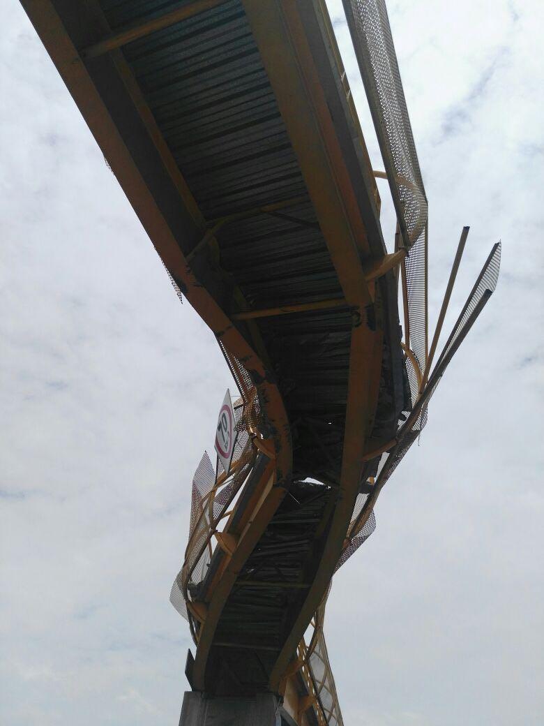 Puente peatonal fracturado en el kilómetro 18 de la México-Puebla