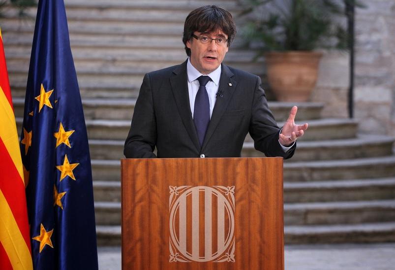 Puigdemont no acata su cese; llama a catalanes a resistencia cívica
