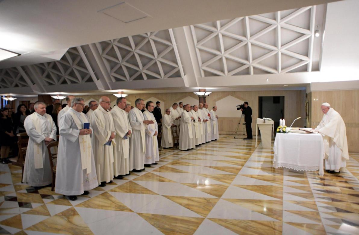 El papa oficia una misa en la residencia de Santa Marta, en el Vaticano