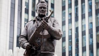 Monumento en Rusia dedicado al diseñador de armas Mikhail Kalashnikov