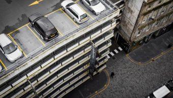 Hombre olvida dónde estacionó su coche y lo encuentra 20 años después