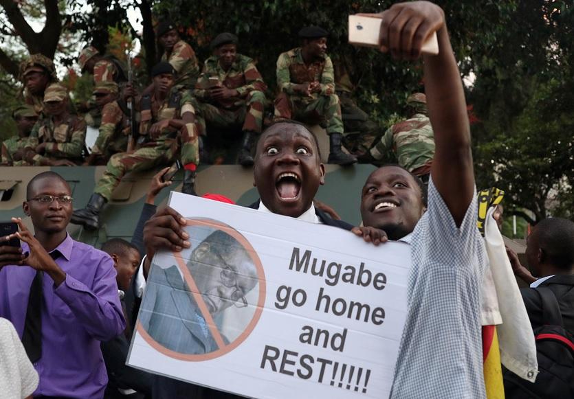 Miles de personas celebran la dimisión de Mugabe como presidente de Zimbabue