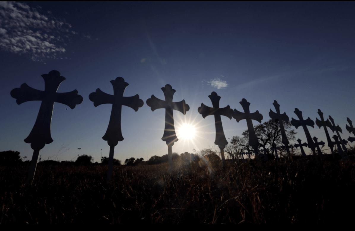 Cruces en honor a las 26 víctimas de la masacre en Texas