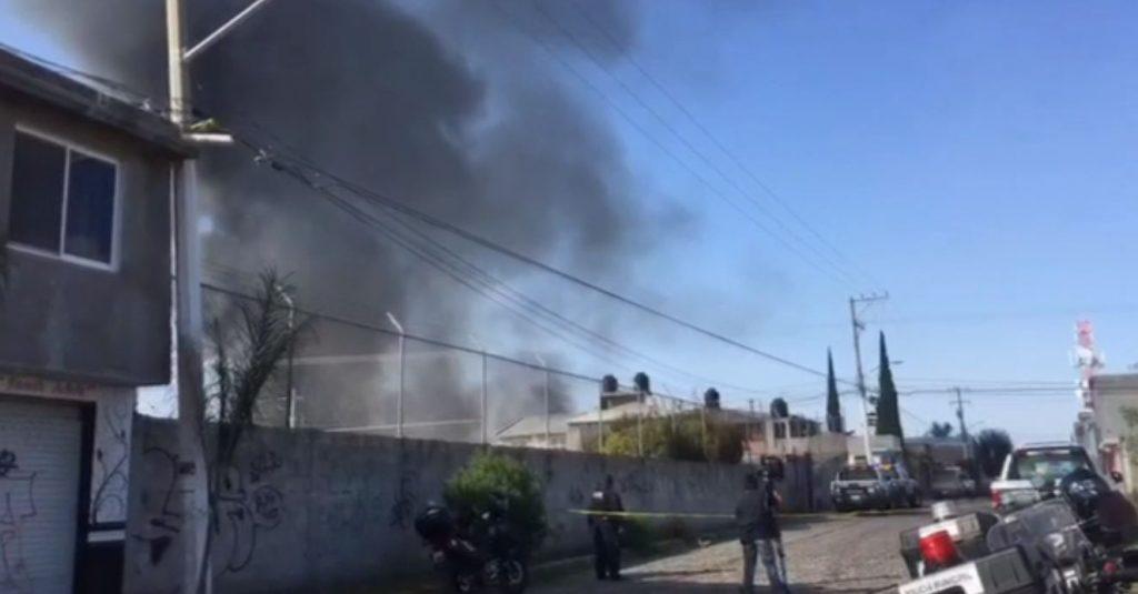 Desalojan a cientos de personas por incendio en fábrica de químicos en Querétaro
