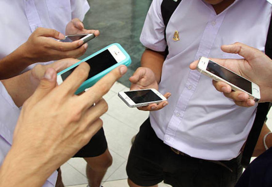 Parlamento Francia prohíbe celulares en escuelas