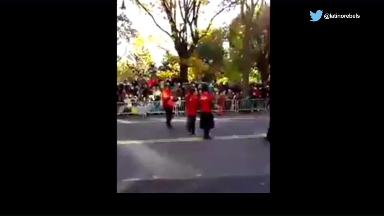 Migrantes mexicanos protestan e interrumpen desfile de Acción de Gracias en NY