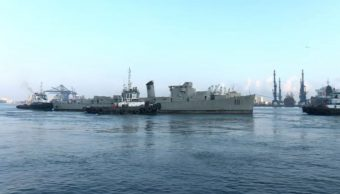 Remolcan al buque 'Comodoro Manuel Azueta' para hundirlo en Veracruz