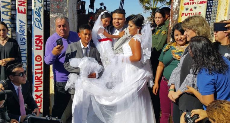 Pareja se casa en la frontera entre EU y México