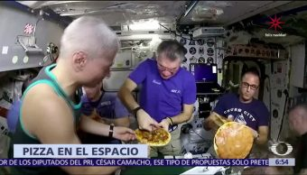 Astronautas de la Estación Espacial Internacional cocinan pizza