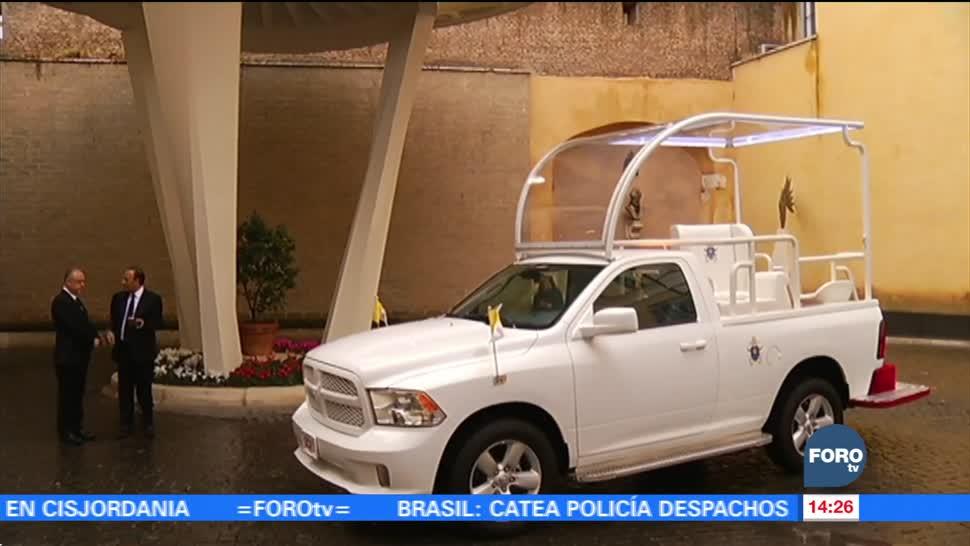 Papa Francisco recibe papamóvil como regalo de México