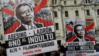 Peruanos protestan contra el indulto concedido a Fujimori