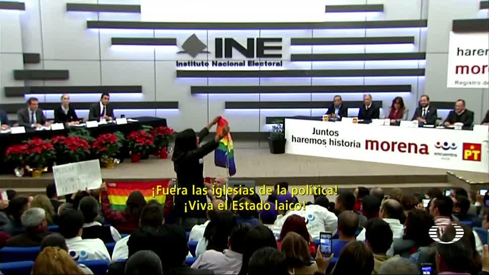 Protesta pro LGBT en registro de la coalición de Morena