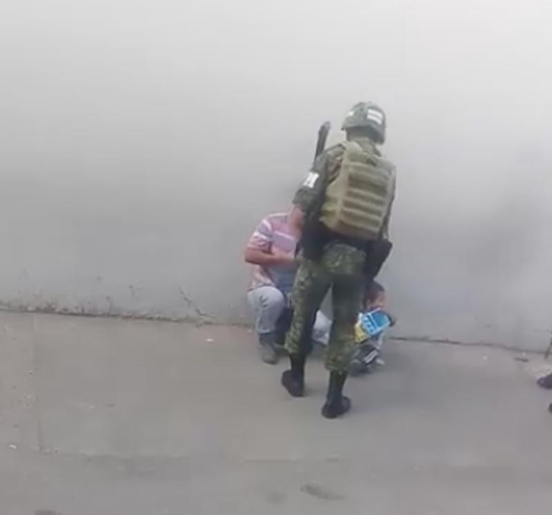 Video: Soldado le regala juguete a niño de la calle