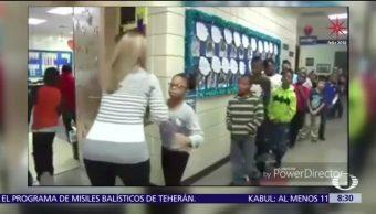 Maestra saluda a sus alumnos antes de entrar a clases