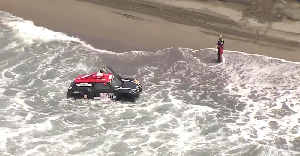 Piloto de Dakar metió su auto al mar para evitar recalentamiento