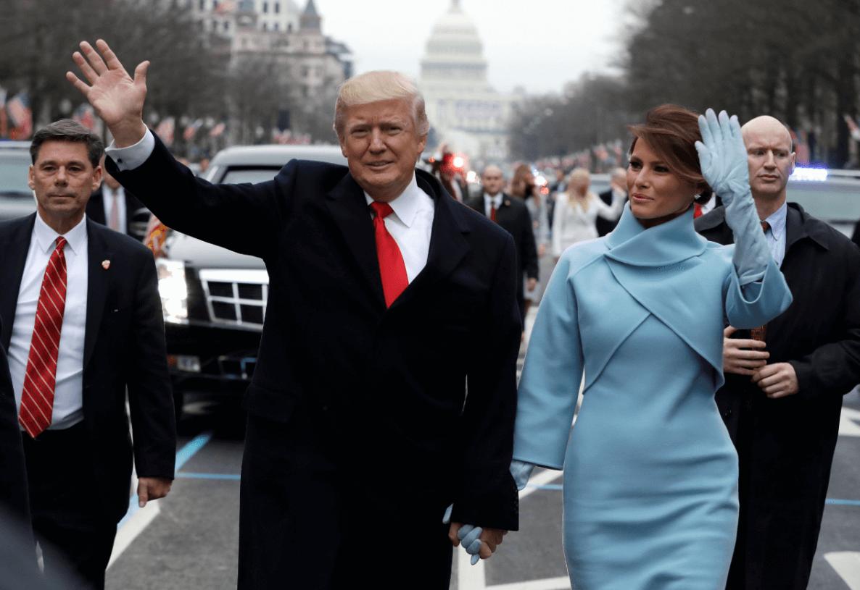 Donald Trump y su esposa Melania caminando sobre la Aenida Pensilvania