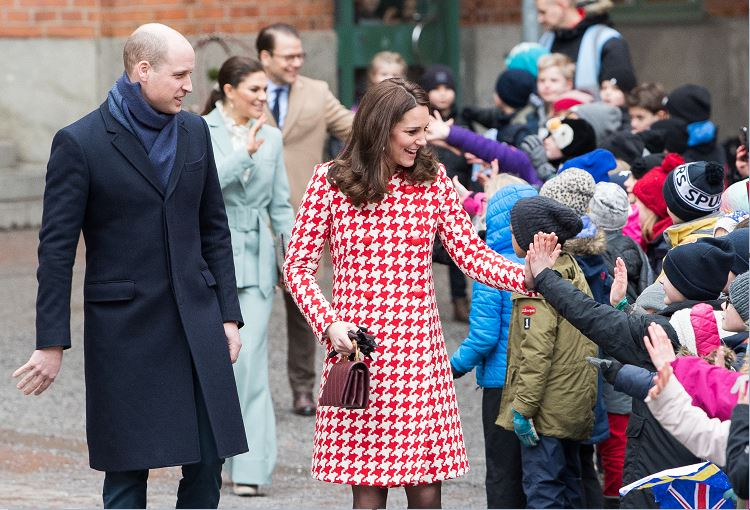 Duques de Cambridge visitan escuela y exposición de diseño en Estocolmo