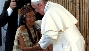 El papa saluda a una mujer indígena en Perú. (Reuters)