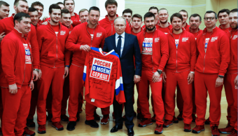 El presidente ruso, Vladimir Putin, posa con atletas de su país.