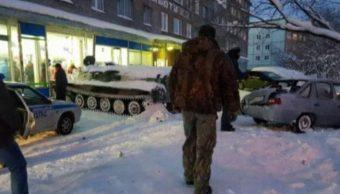 Ruso roba tanque conseguir botella vino