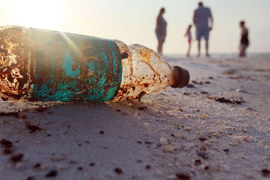 Botella de plástico en la playa