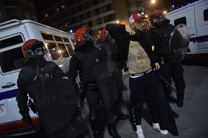 Enfrentamiento hinchas rusos y españoles deja policía muerto