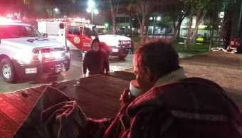 Reparten cobijas a personas en situación de calle por bajas temperaturas en Monterrey.