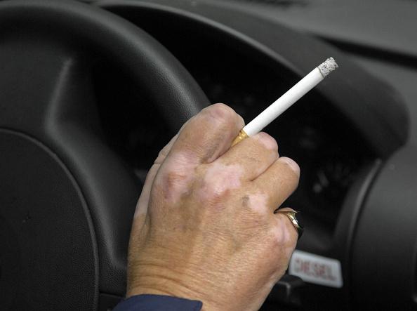 España propone dejar de fumar en vehículos donde viajan niños