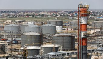 El petróleo cae por la previsión del alza en Estados Unidos