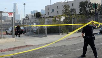Policías cercaron la escuela tras el tiroteo en Los Ángeles.