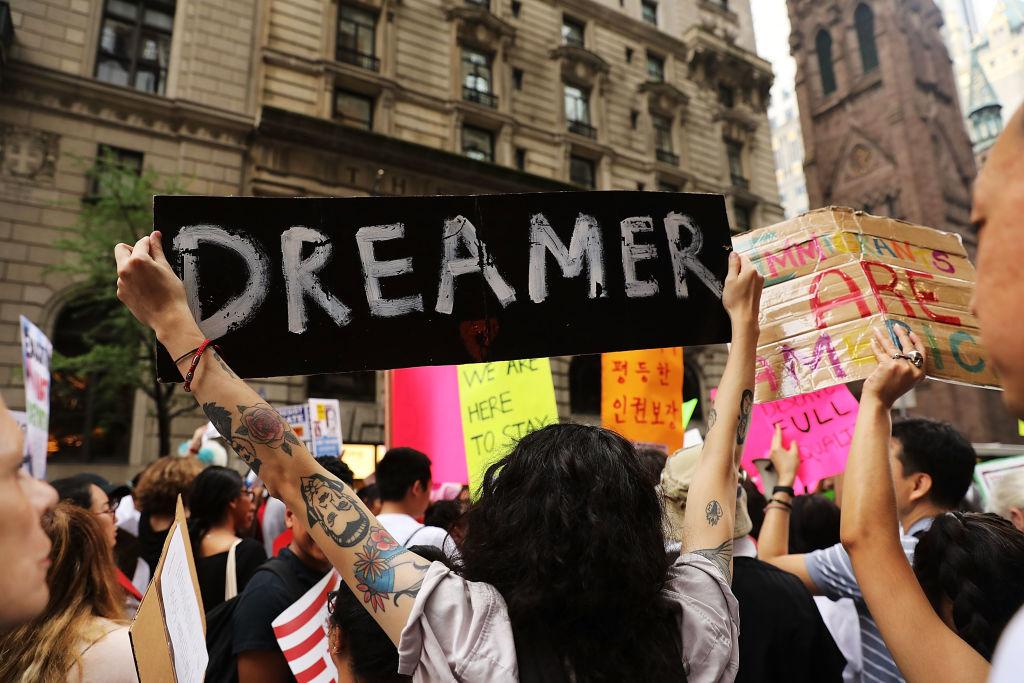 Prohíben Donald Trump revocar programa DACA