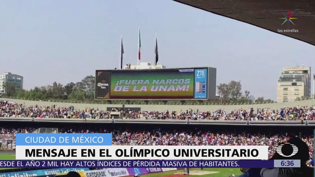 Proyectan frase 'Fuera narcos de la UNAM' en partido de futbol