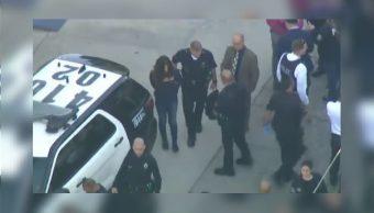 Reportan dos estudiantes baleados dentro de una escuela en Los Ángeles