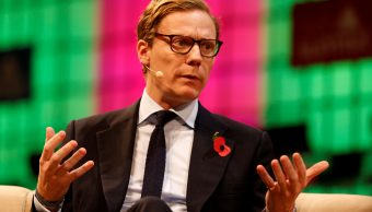 Cambridge Analytica suspende su presidente ejecutivo escándalo Facebook