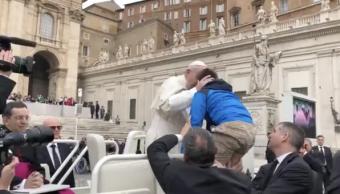 Niño sobreviviente de cáncer se sube al papamóvil con Francisco
