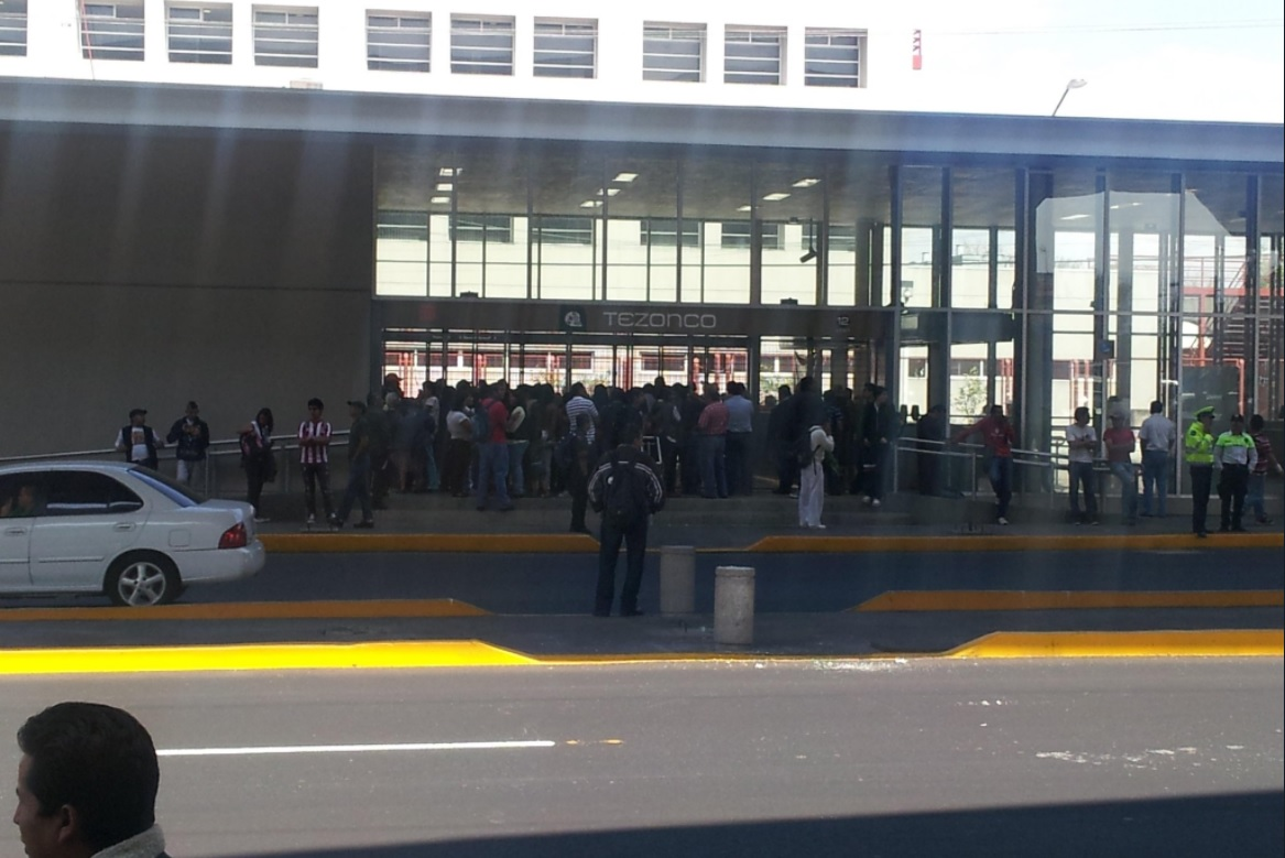 mujer policia detiene pelea en la linea 12 metro