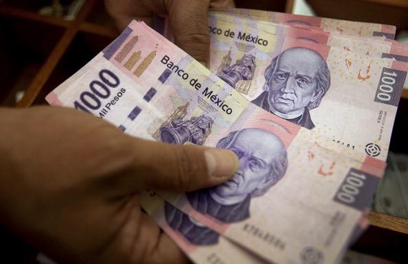 Imagen que muestra una persona contando billetes de 500 pesos mexicanos, 29 enero 2020