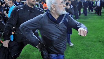 Liga griega de futbol es suspendida tras incidente con arma