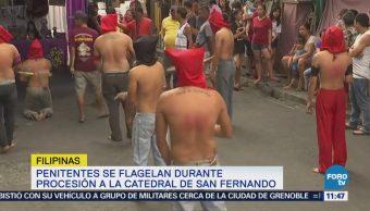 Penitentes se flagelan durante procesión a Catedral de San Fernando en Filipinas