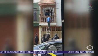 Policías sorprenden a ladrones mientras saqueaban casa en Coyoacán
