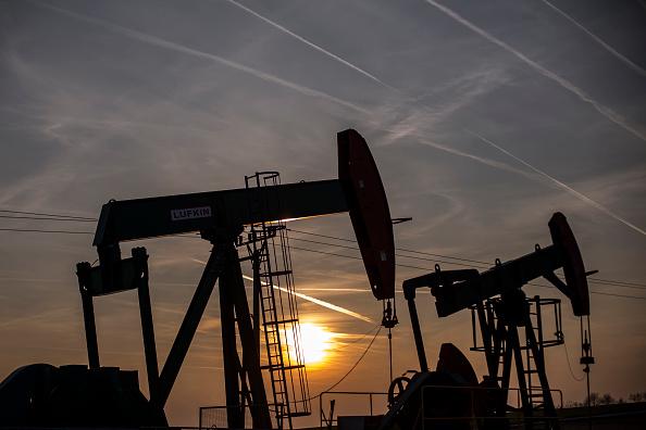El petróleo baja por producción de crudo estadounidense