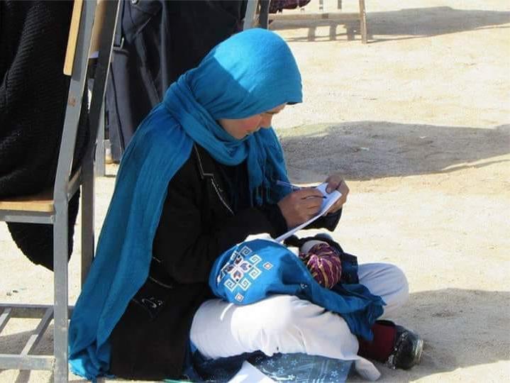 joven-madre-bebe-examen-universidad-afganistan