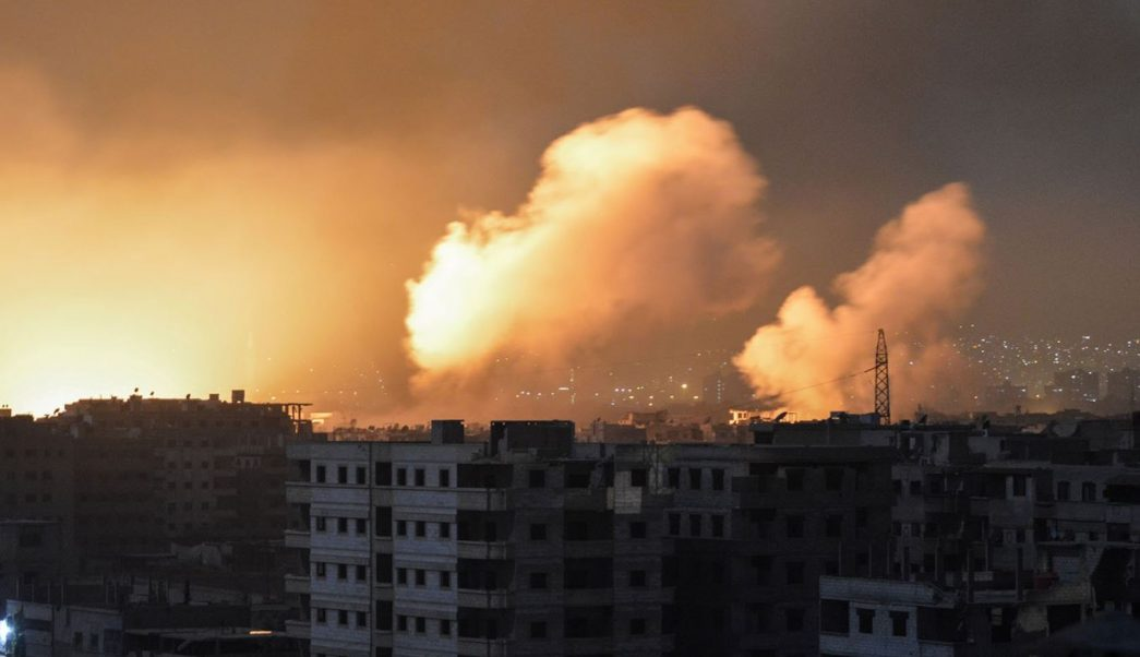 Al menos 26 muertos dejan ataques en base con tropas iraníes en Siria