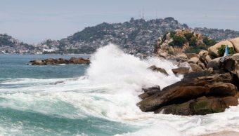 Mar de fondo provoca olas de tres metros en Guerrero