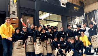 Personas con autismo y síndrome de Down atienden restaurante