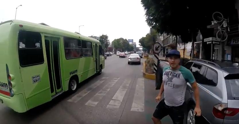 Ciclista es agredido por conductor de BMW en Revolución