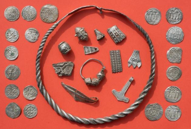 Niño de 13 años descubre tesoro oculto de rey vikingo en Alemania