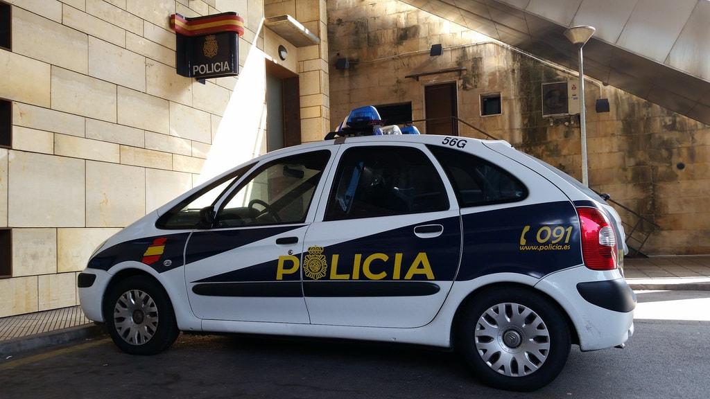 patrulla-policia-espana-estacionada-fuerzas-policiales-ibericas