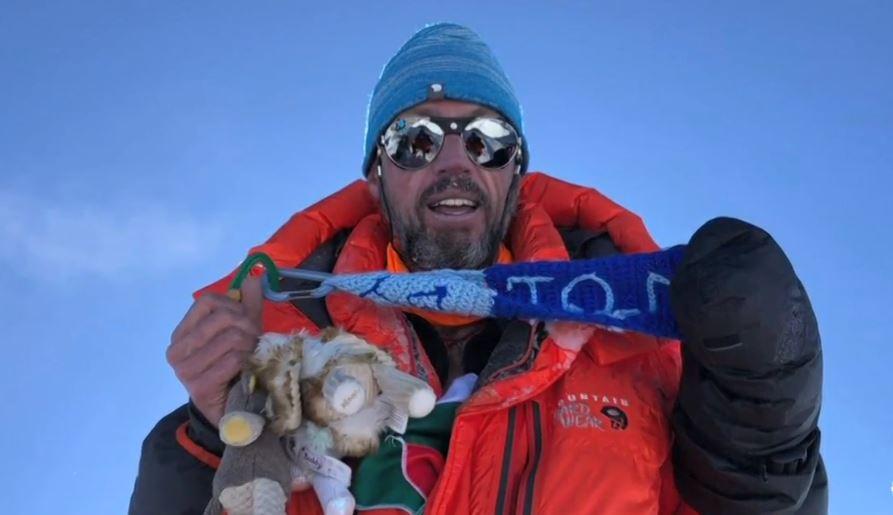Mexicano logra escalar el Everest y Lhotse